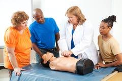 CPR del pronto soccorso di apprendimento di adulti fotografie stock libere da diritti