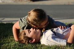 CPR, der auf Atem überprüft Stockbild