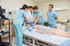 CPR di Performing dell'infermiere sul paziente fittizio Fotografie Stock Libere da Diritti