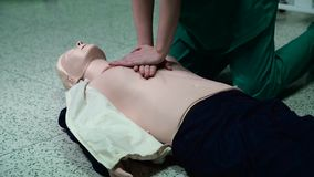 CPR för Cardiopulmonary återuppväckande för första hjälpen stock video
