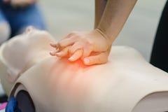 Cpr-första hjälpenutbildning med CPR-attrappen arkivbilder