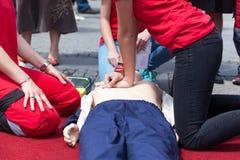 CPR hjälp först royaltyfria foton