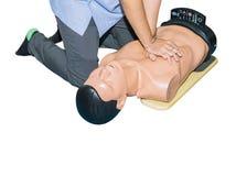 CPR-hulp proef medische opleiding met sluiten-omhoog het Hart van de handpers op de verfrissing van de poppennoodsituatie opleidi royalty-vrije stock fotografie