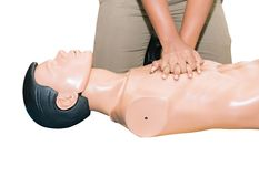 CPR-hulp proef medische opleiding met sluiten-omhoog het Hart van de handpers op de verfrissing van de poppennoodsituatie opleidi stock afbeelding