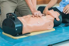 CPR-hulp proef medische opleiding met sluiten-omhoog het Hart van de handpers op de verfrissing van de poppennoodsituatie opleidi royalty-vrije stock foto