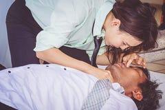 CPR Notfall der ersten Hilfen auf Herzinfarkt-Mann lizenzfreie stockbilder