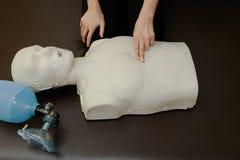 Cpr-Training, -doktor und -krankenschwester belebten Attrappe wieder stockfoto