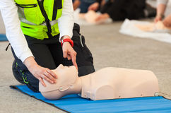 Cpr-Training mit Attrappe lizenzfreie stockfotos