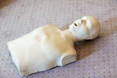 Cpr-Trainingsanwendung und ein AED- und Taschenmaskenventil auf einem erwachsenen Trainingsmännchen Stockfoto