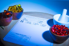 Cápsulas, almofariz, pilão e almofada da prescrição Imagem de Stock