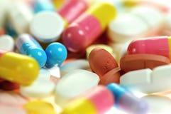 Cápsulas y tablillas coloreadas. Cierre para arriba. Foto de archivo libre de regalías