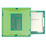 CPU à plusieurs noyaux moderne sur le fond blanc illustration 3D Photos stock