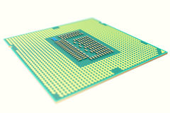 CPU-chip, enhet för central processor som isoleras på vit med djup av fälteffekter illustration 3d stock illustrationer