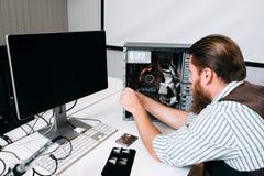 CPU di smontaggio matrice del computer con gli strumenti Fotografie Stock Libere da Diritti
