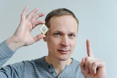 CPU i handen för man` s Arkivfoto