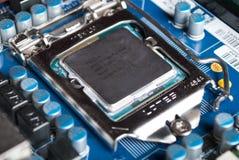 Cpu Intel i5 op computermotherboard in contactdoos stock afbeeldingen