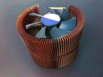CPU-Kühlvorrichtung mit dicken Kupferblechen auf einem grauen Hintergrund lizenzfreies stockfoto