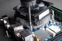 CPU-Kühlvorrichtungsinstallation auf Motherboard mit Schraubenzieher Lizenzfreie Stockfotografie