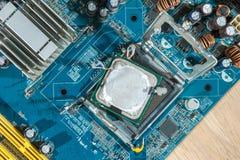 CPU miniatura de la instalación de los trabajadores Fotos de archivo libres de regalías