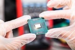 CPU-processor i händer Royaltyfri Foto
