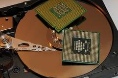 CPU-processorer på den reflekterande hårddiskplattan Arkivfoton