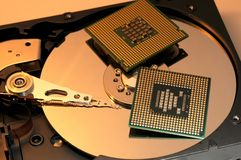 CPU-processorer på den reflekterande hårddiskplattan Arkivbilder