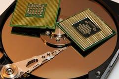 CPU-processorer på den reflekterande hårddiskplattan Arkivfoto