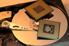 CPU-Prozessoren auf reflektierender Festplatten-Platte Stockbilder