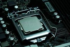 CPU som installeras på ett moderkort royaltyfria bilder