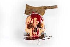 Cráneo abusado con el flujo de sangre del cuchillo, aún vida Imagen de archivo libre de regalías