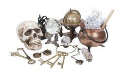 Cráneo, claves, crisol, bola cristalina e items de la bruja Fotos de archivo