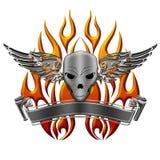 Cráneo con las llamas y la bandera de las alas Imagenes de archivo
