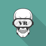 Cráneo con los vidrios de realidad virtual Fotos de archivo libres de regalías