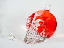 Cráneo de cristal con descensos de la tinta fotografía de archivo libre de regalías