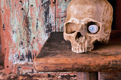 Cráneo de Víspera de Todos los Santos con el ojo de cristal Imagen de archivo