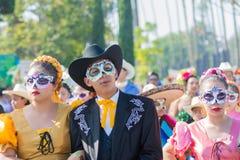 Cráneo del azúcar enmascarado vestido como pareja casada durante el día de la D Foto de archivo