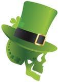 Cráneo del día del St Patricks con el sombrero del Leprechaun Imagenes de archivo