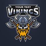 Cráneo del guerrero de Viking y emblema de las hachas stock de ilustración