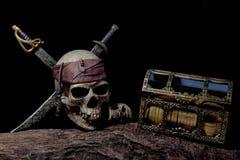 Cráneo del pirata con dos espadas y cajas Fotografía de archivo libre de regalías