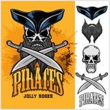 Cráneo del pirata en sombrero con las espadas cruzadas Foto de archivo libre de regalías