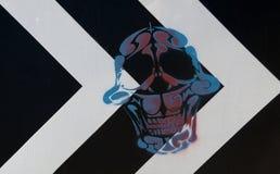 Cráneo dibujado en una señal de tráfico Imagen de archivo libre de regalías
