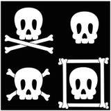Cráneo e icono de la bandera pirata fotos de archivo