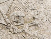 Cráneo en la lápida mortuaria Fotos de archivo