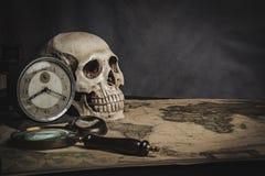 Cráneo en la tabla, aún vida Foto de archivo libre de regalías