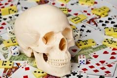 Cráneo en tarjetas que juegan y dinero Imagen de archivo