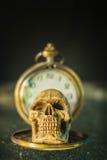 Cráneo en un contador de tiempo viejo Imagenes de archivo