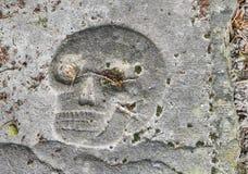 Cráneo en una lápida mortuaria Foto de archivo libre de regalías