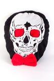 Cráneo humano con la cinta roja y el ojo rojo aislados en blanco Imagen de archivo
