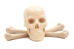 Cráneo humano con los huesos cruzados Imagen de archivo