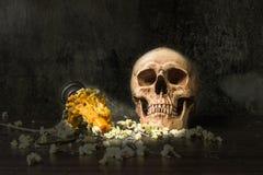 Cráneo humano de la vida de la habilidad con la vela Fotos de archivo